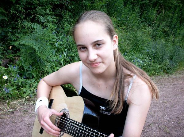 Bild von Sam als Kind mit ihrer Gitarre