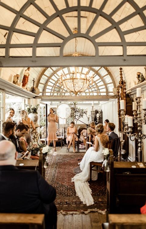 LADÜ Düsseldorf Freie Trauung Kronleuchter Traurednerin Sam Kappelle Hochzeit Gäste Brautpaar